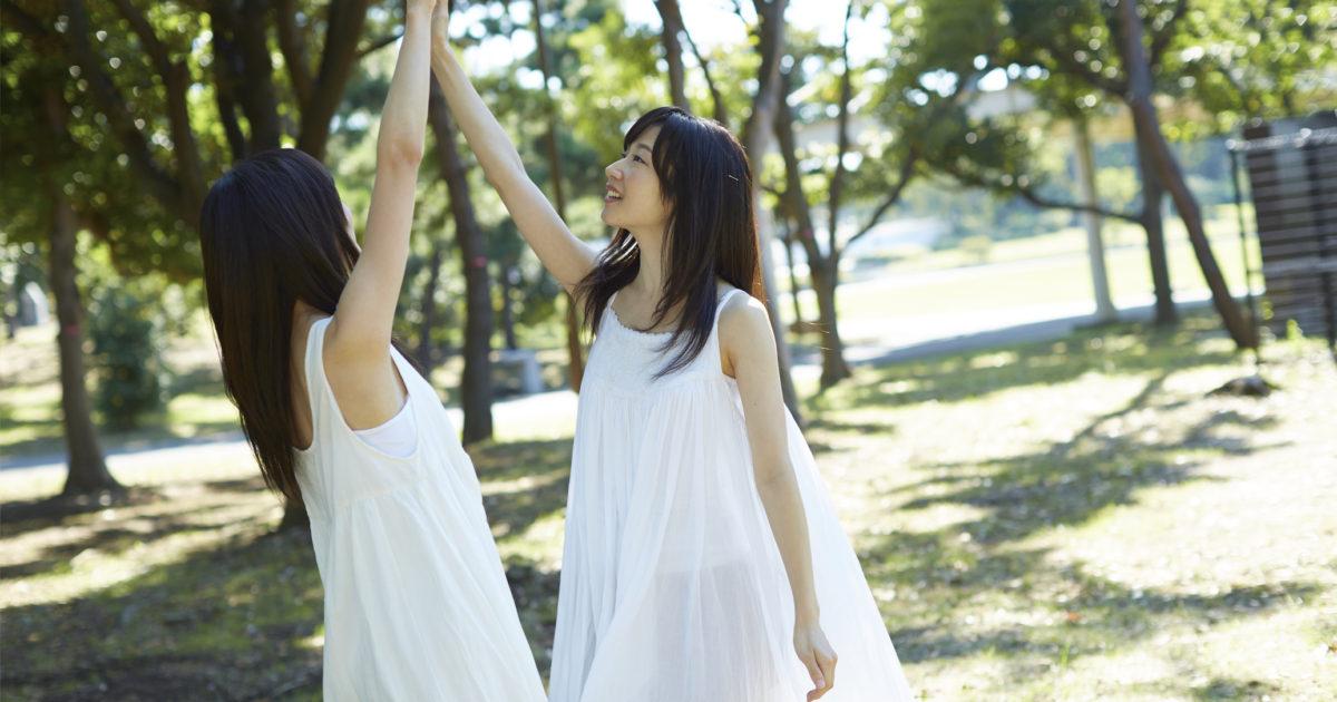 外で踊る女子たち