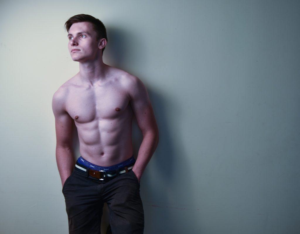 胸毛のない男性
