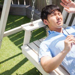 紫外線を受ける男性